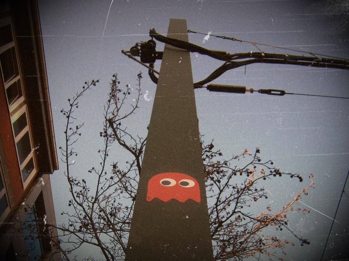 Pac Man Monster (Klebefolie auf Hochleitungsmast)