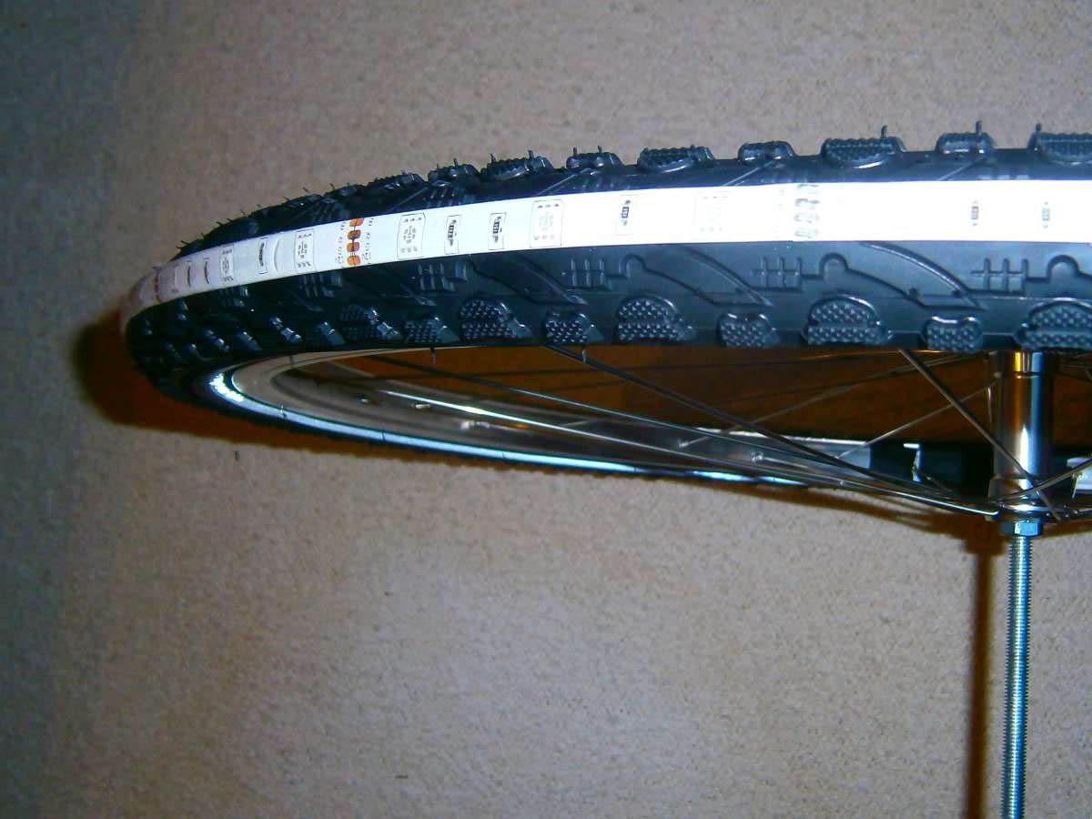 LED-Strip auf den Reifen aufkleben