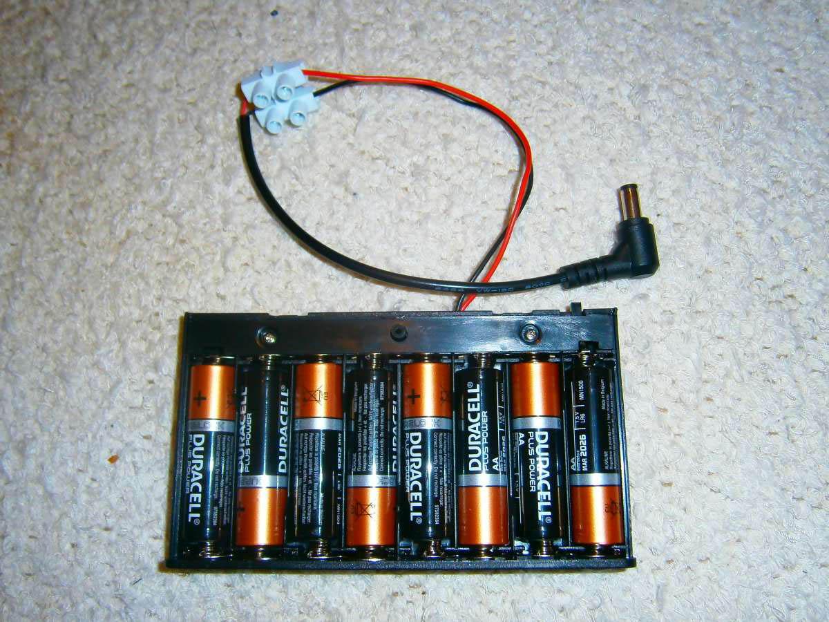 Mit Lüsterklemme den Batteriehalter mit dem DC-Kabel verbinden