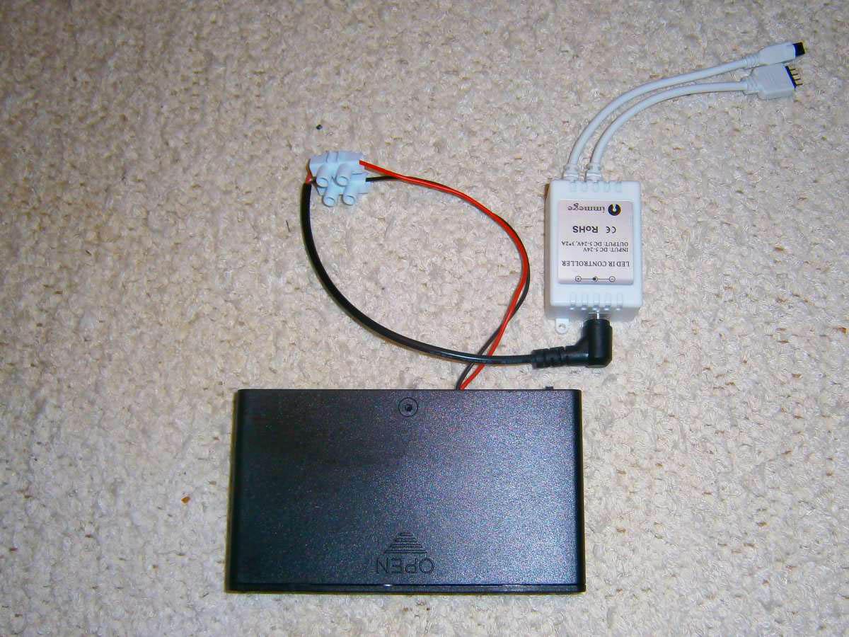 LED-Controller an den Batteriehalter anschließen