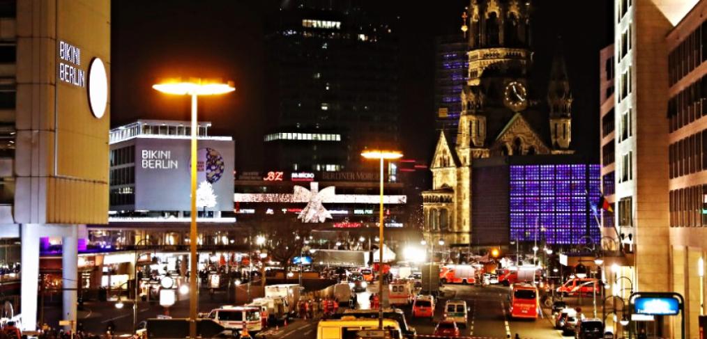 Blick auf gespenstische Szenerie am Breitscheidplatz von Eisenbahnbrücke am Bahnhof Zoo
